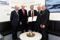 Zwei Zertifikate für Henry Schein: Roman Reichholf (Mitte) ließ auch den Technischen Kundendienst zertifizieren.